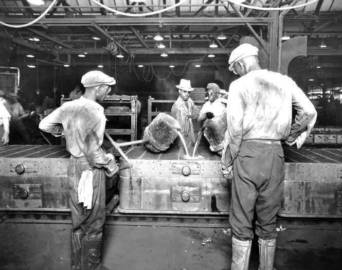 1928 PACKARD FACTORY EMPLOYEES POURING MOLTEN METAL-B&W