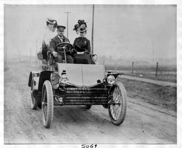 1901 Packard Model C with driver and passengers