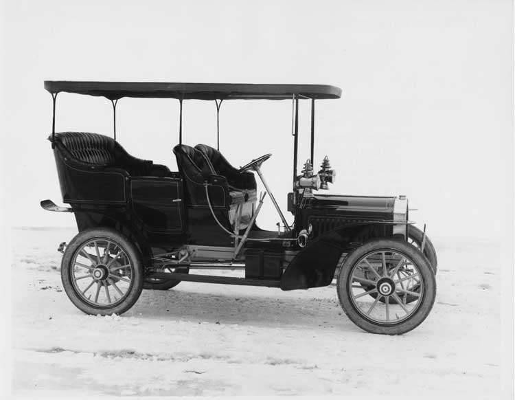 1905 Packard Model N on a winter road
