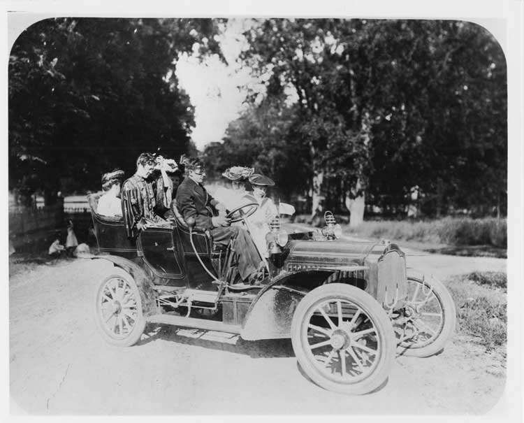 1905 Packard Model N touring car with family