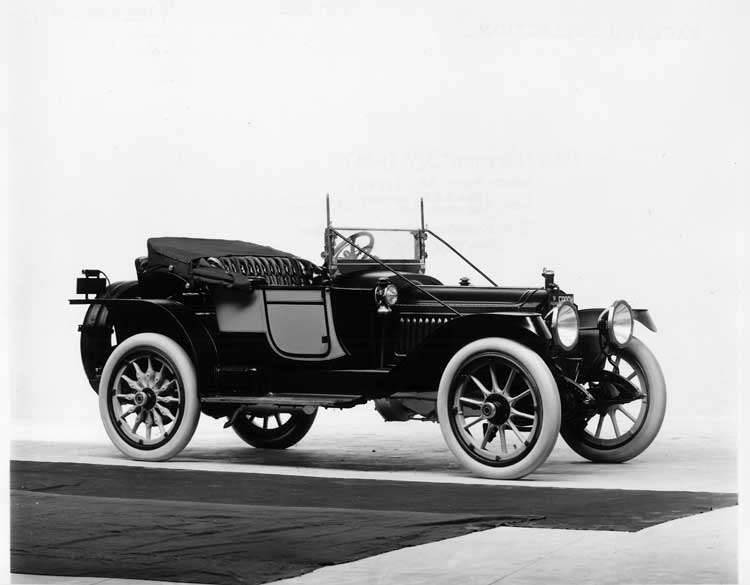 1913 Packard 38 two-toned runabout, three-quarter front view, right side, top folded