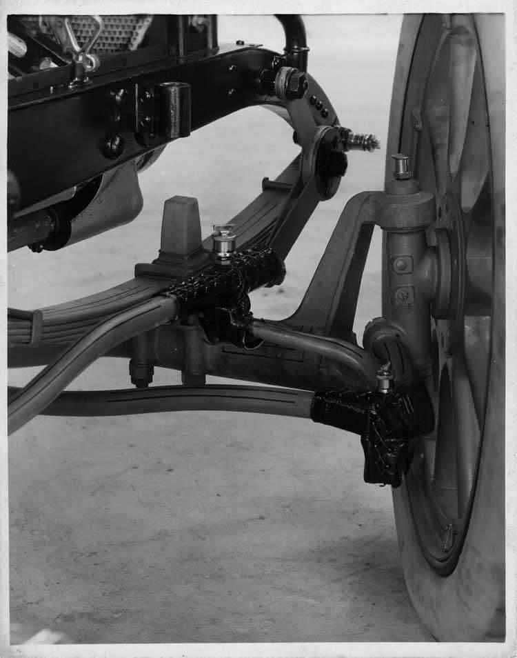 1913 Packard 48 phaeton, chassis, detail steering knuckle