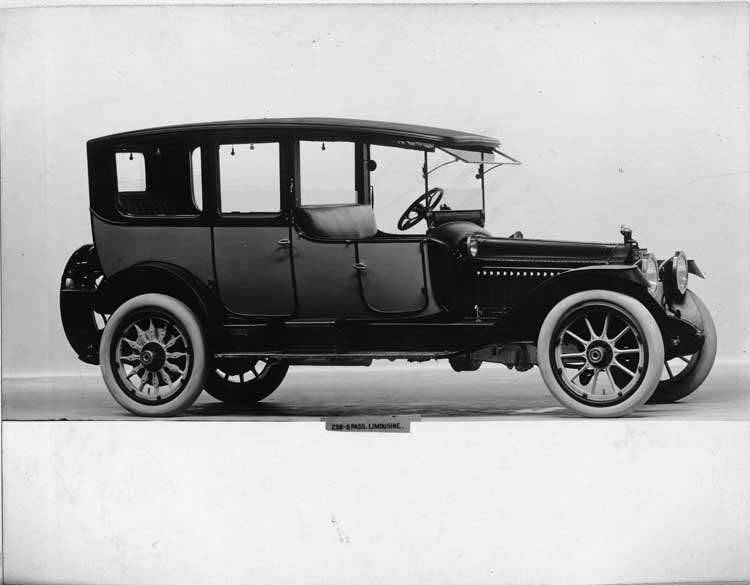 1914 Packard 2-38 two-toned limousine, right side, spare tire carried at rear