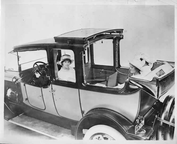 1915 Packard 3-38 two-toned landaulet with three female passengers & male driver