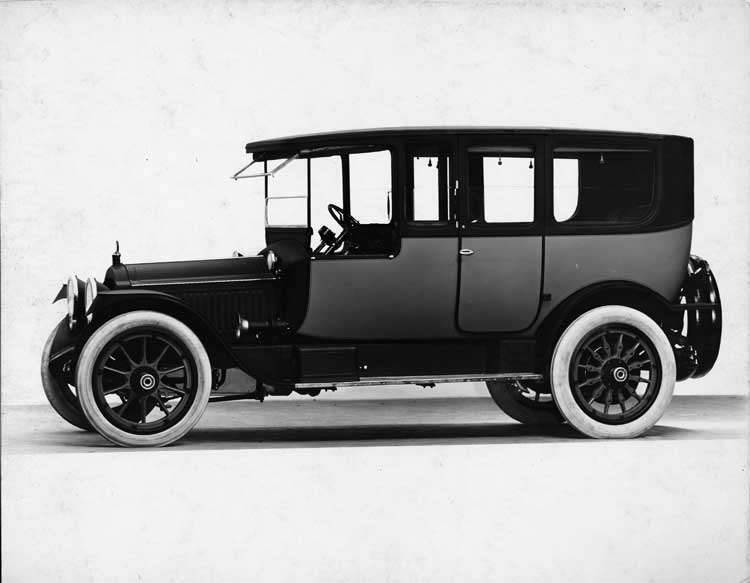 1919 Packard 1-35 two-toned cab-side landaulet, left side, quarter closed