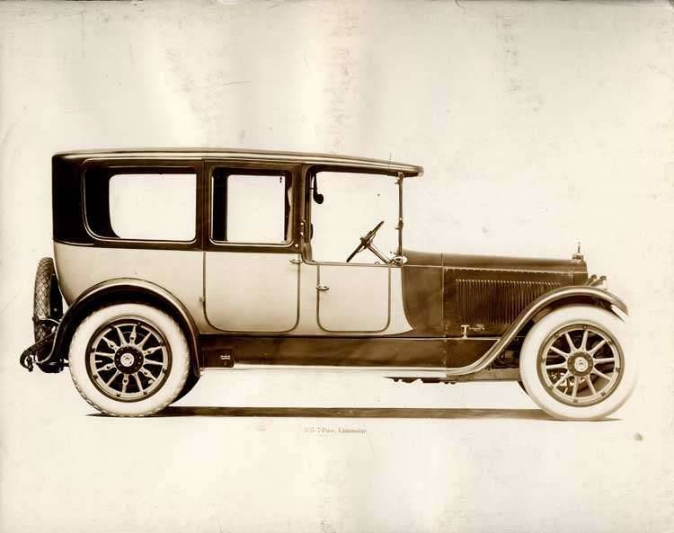 1918-1919 Packard two-toned limousine, left side view