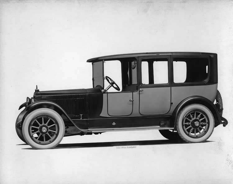 1918-1919 Packard two-toned landaulet, seven-eights right front view, quarter closed