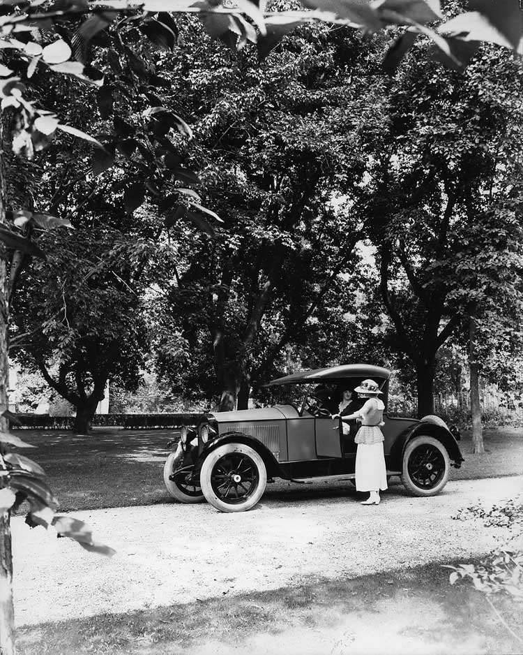 1921-1922 Packard two-toned runabout parked on tree-lined drive