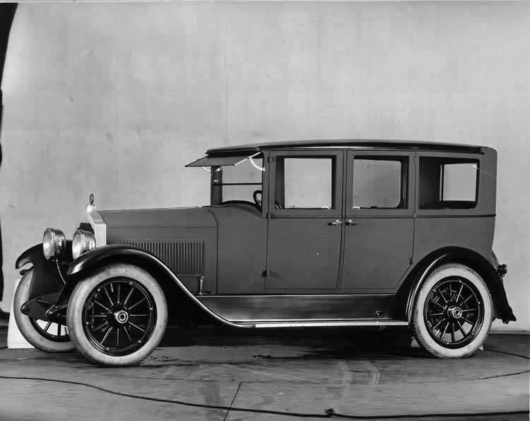 1922-1923 Packard sedan, three-quarter left front view
