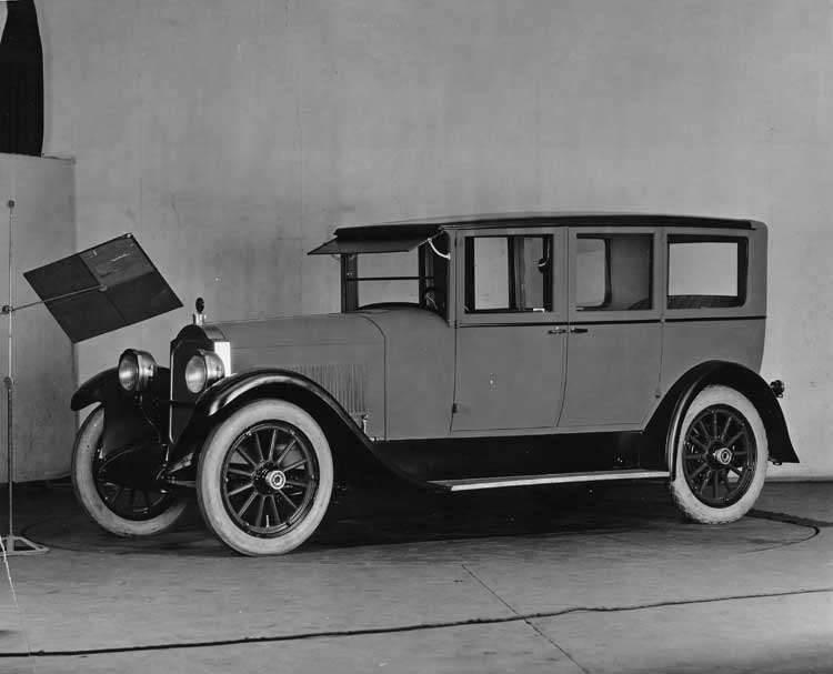 1922-1923 Packard sedan-limousine, three-quarter left front view