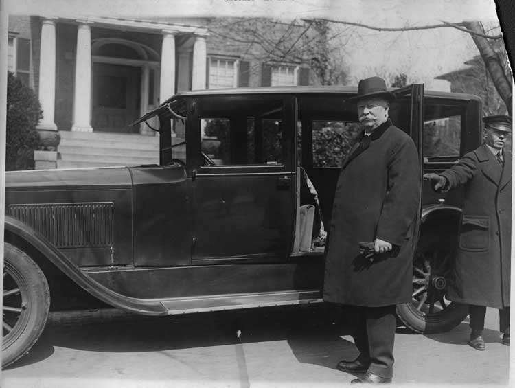 1922-1923 Packard sedan-limousine, chauffeur holding door for Justice William H. Taft