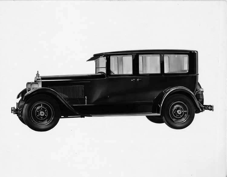1925-1926 Packard sedan, left seven-eights front view
