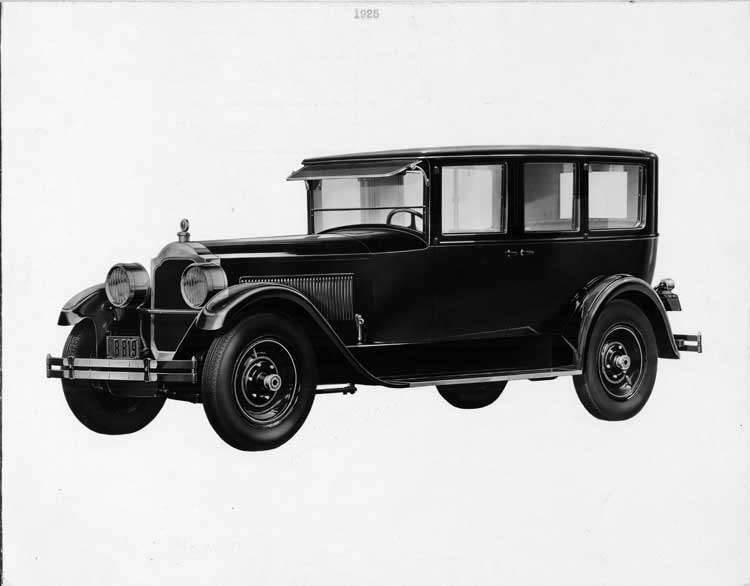 1925-1926 Packard sedan limousine, left three-quarter front view
