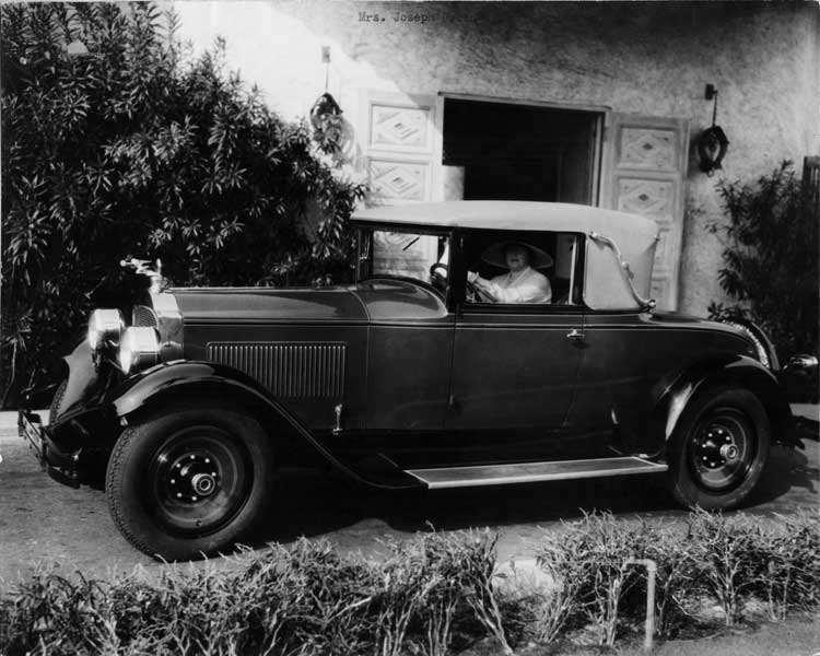 1928 Packard convertible coupe, owner Mrs. Joseph Urban behind wheel